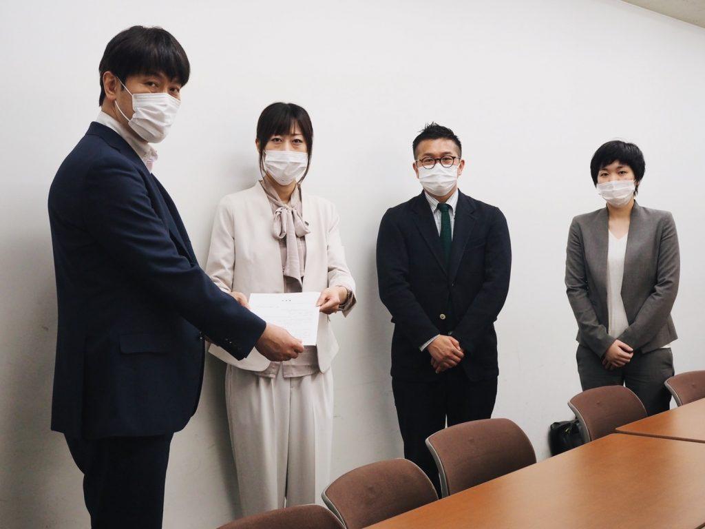 左から 厚生労働省 日下英司 課長 マリフォー 時枝穂、松中権理事、服部咲弁護士